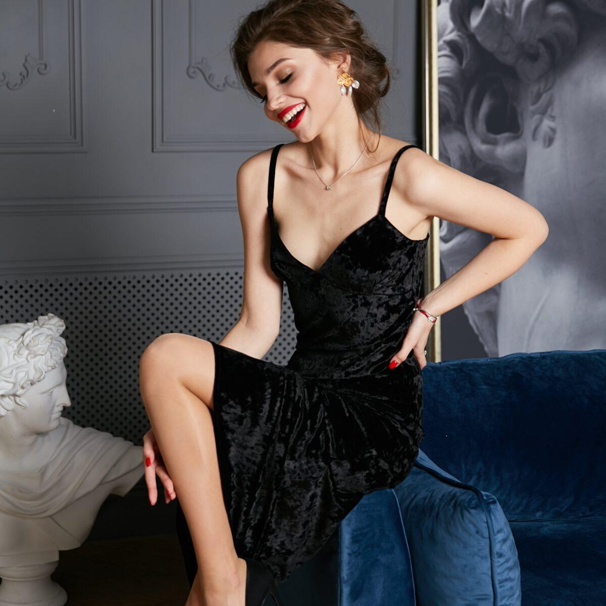 Платье из велюра миди черного цвета
