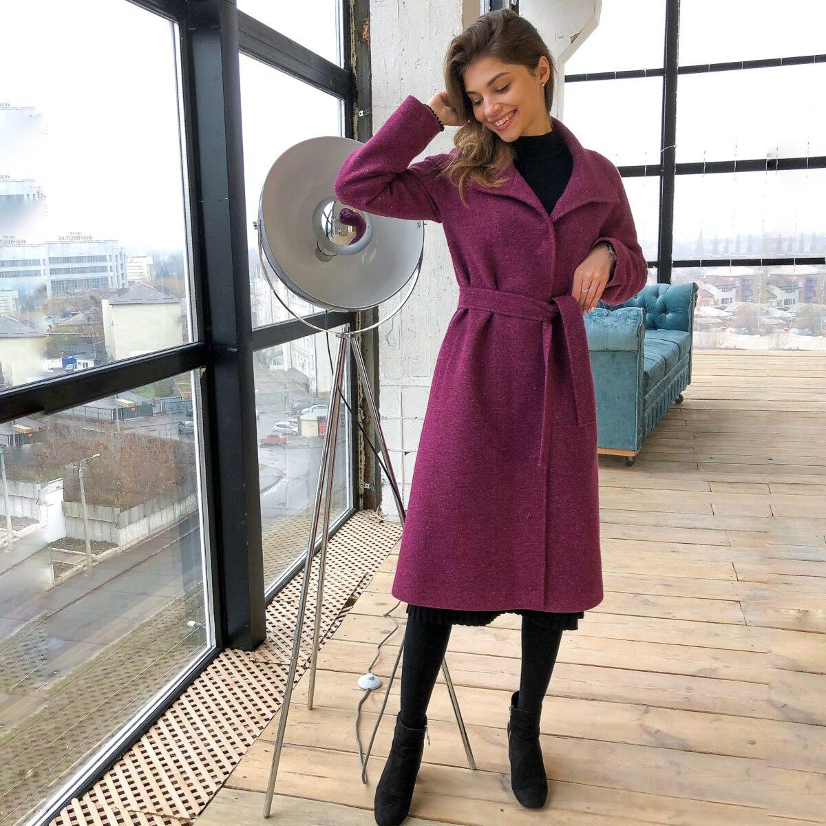 Утепленное пальто розового цвета длины миди
