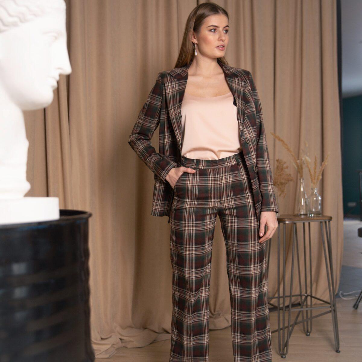 Женские брюки классического кроя в клетку бардового цвета тренд сезона весна-лето 2020 года