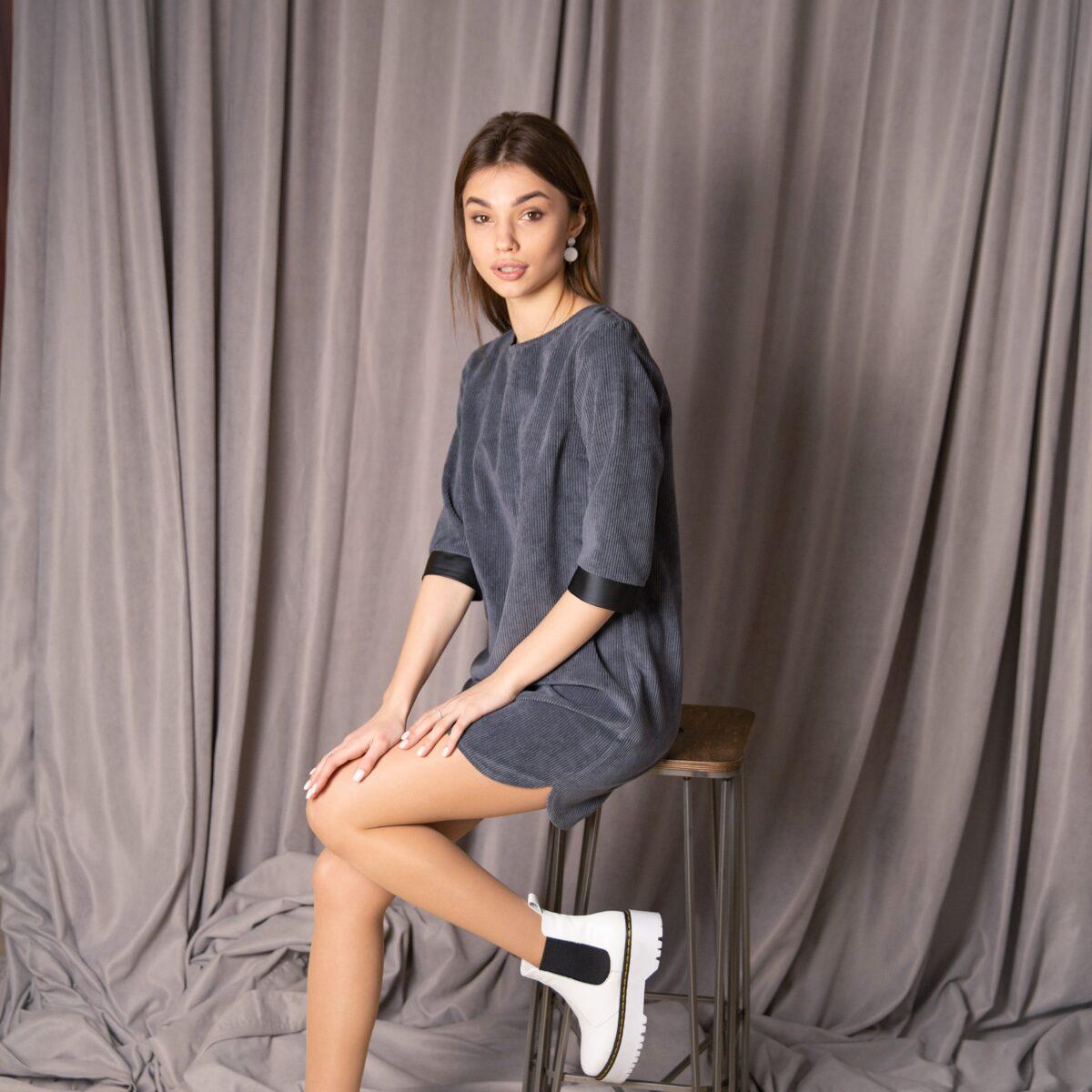 Платье мини из вельвета серого цвета с поясом коллекция весна-лето 2020 года