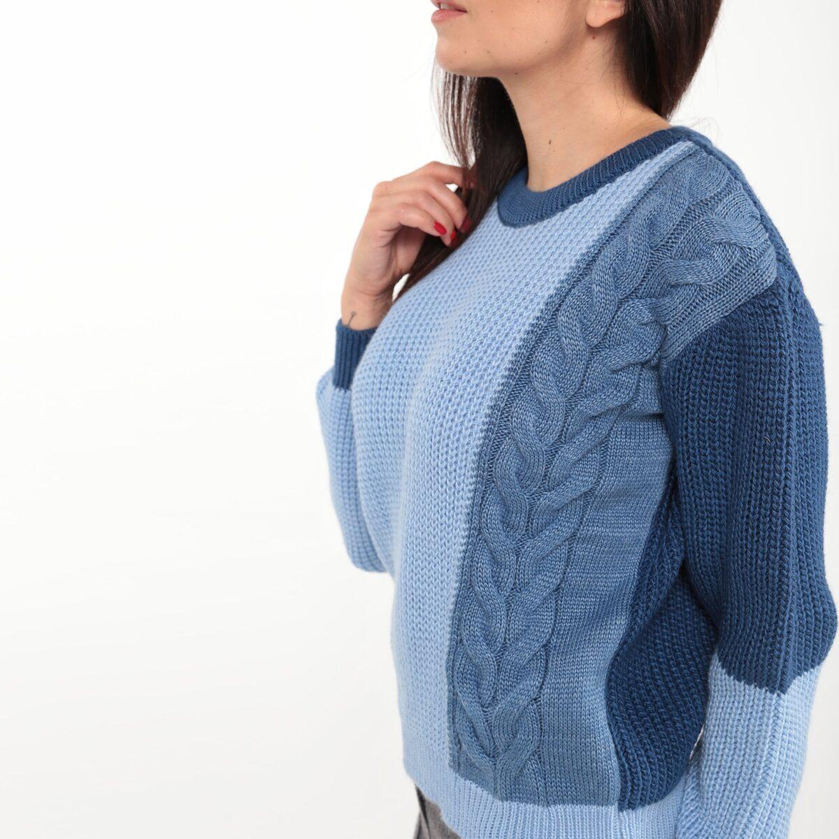 Трёхцветный свитер с узором косы