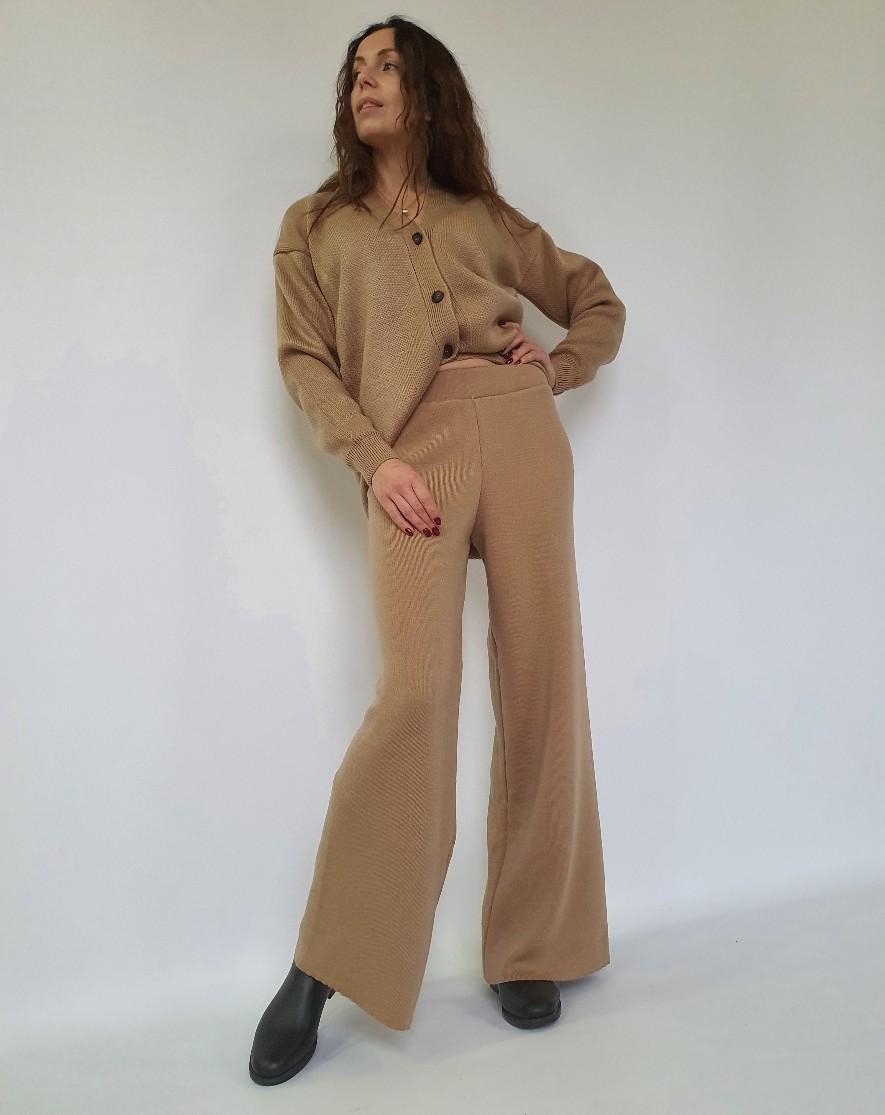 Трикотажный костюм - кардиган на пуговицах и свободные брюки